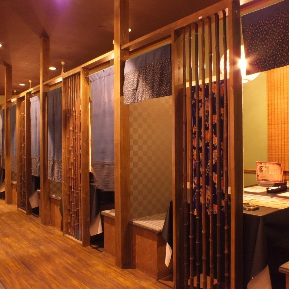 店内写真 1 : 京都をイメージした落ち着いた店内には美味しい香りが漂います。ドリンクバーも充実。健康茶やりんご酢やアセロラなど豊富に取り揃えています。