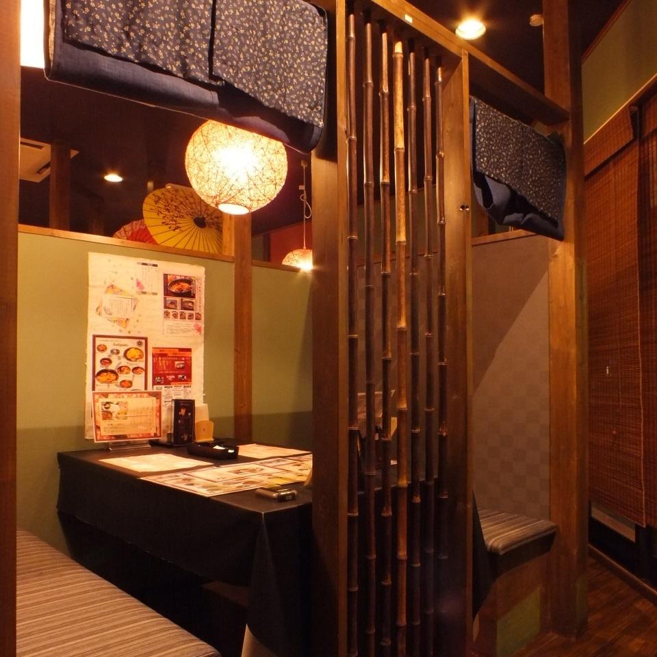 店内写真 2 : 黒竹と藍色ののれんで半個室に仕切られているので隣の気にせず寛いでいただけます。