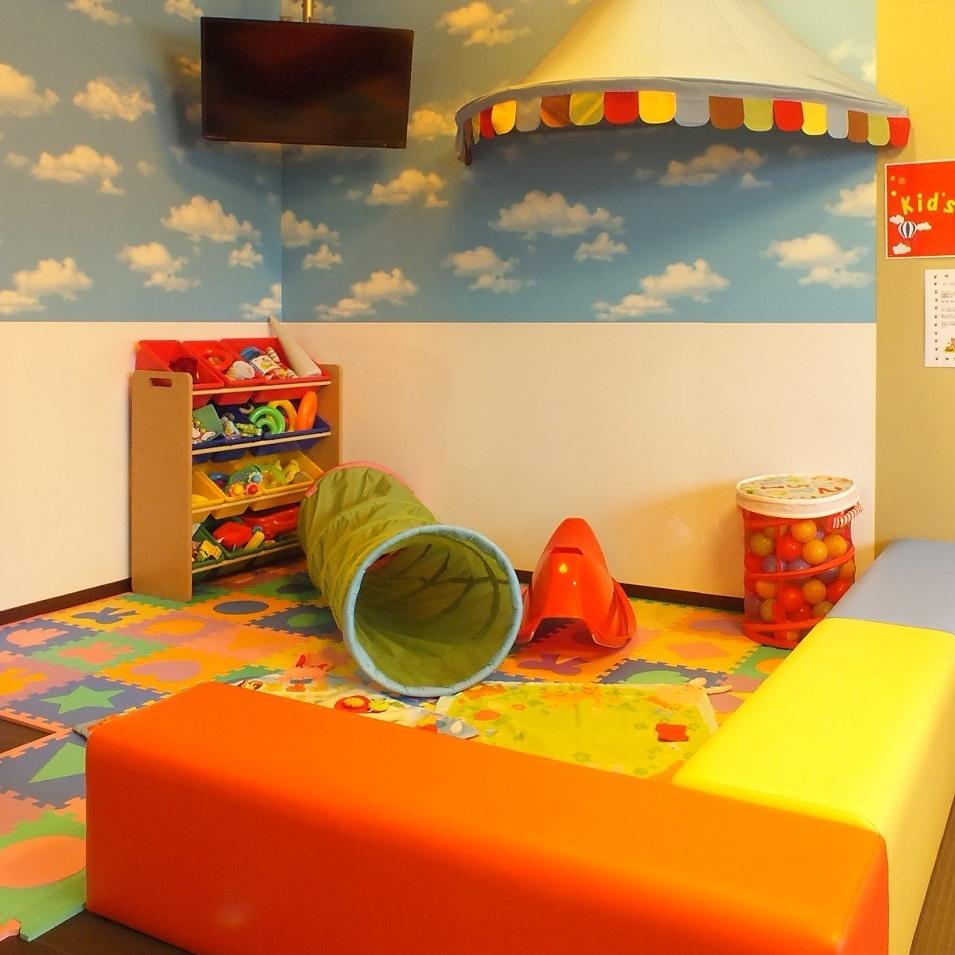 キッズスペースは広々としてお子様と一緒に楽しんでいただけます。キッズスペース近くのお席は予約必至です!!
