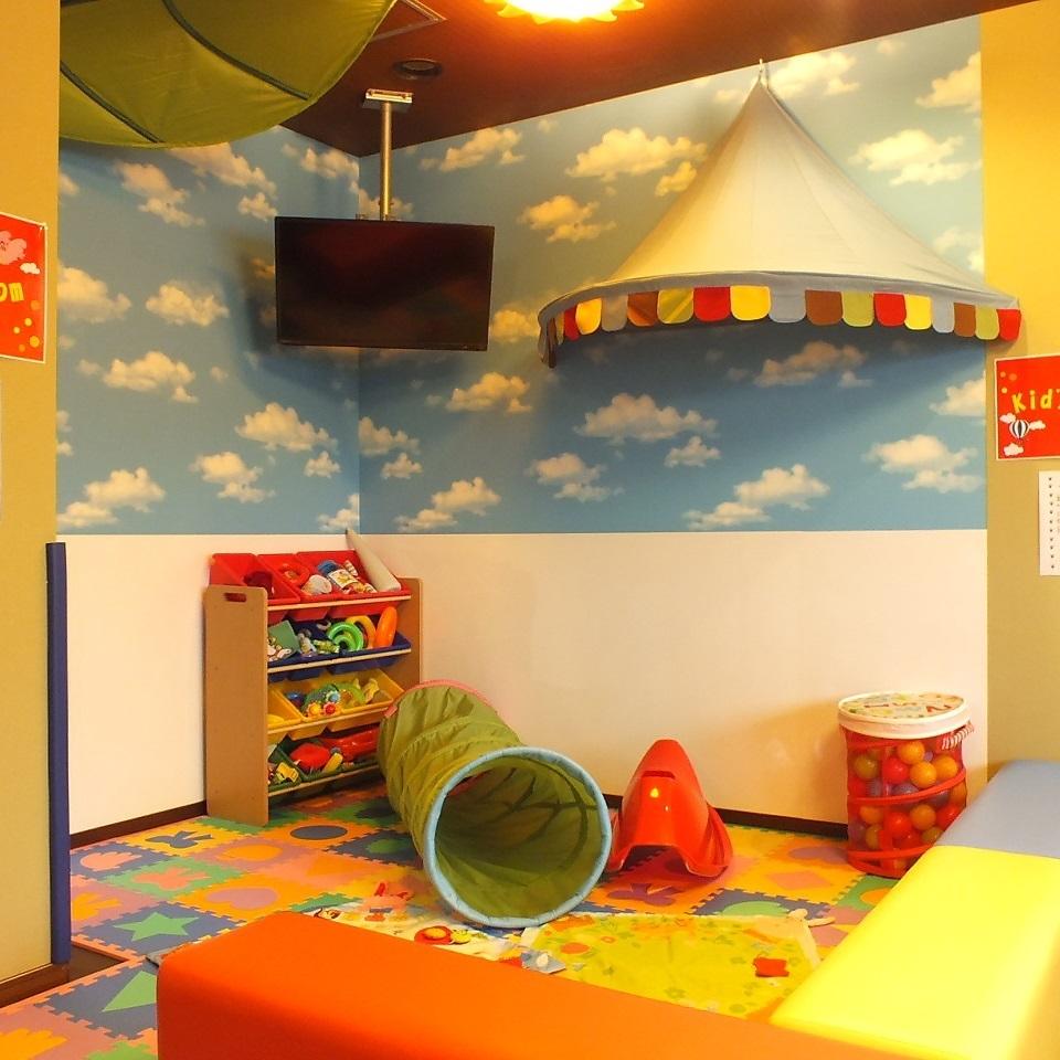 大人気のキッズスペース : お子様が目の届く所で安心してお食事を楽しんでいただけます。クッションマットとコーナーでより安全に。予約殺到の人気のお席です。