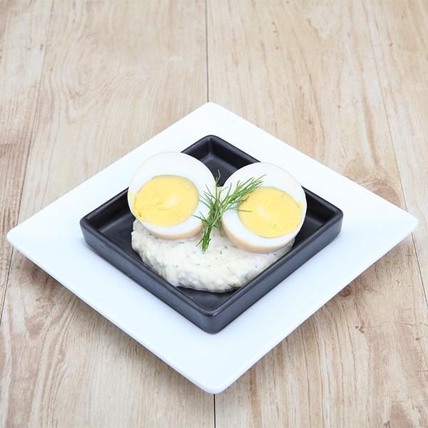 與熏制鮭魚的煮沸的雞蛋草本調味汁