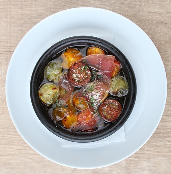 生火腿和西紅柿醬