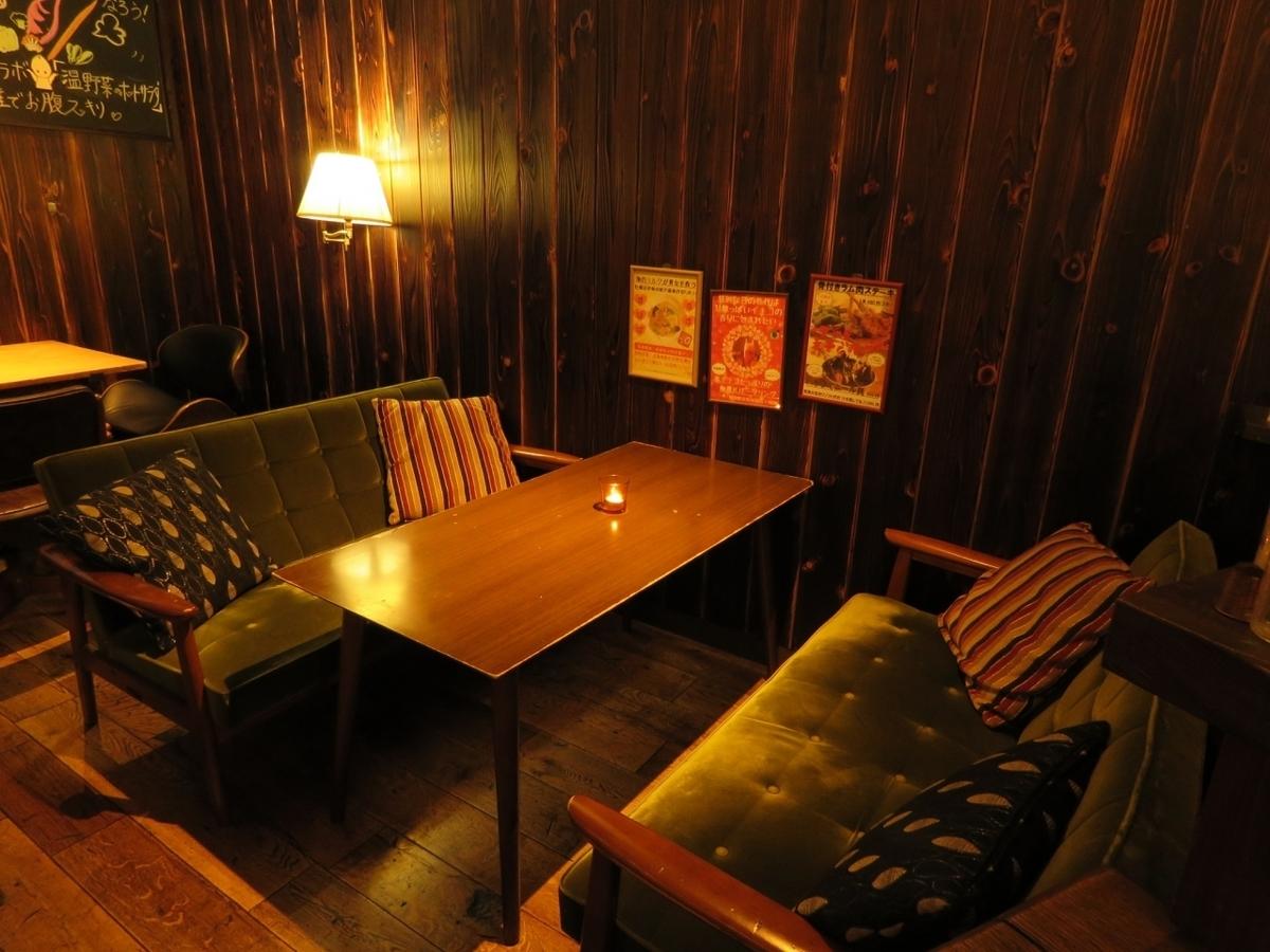 宽敞的木桌配有舒适的4人座椅,沙发座椅和2张椅子座椅。