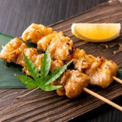 鶏皮串 (2 개) 소금 양념