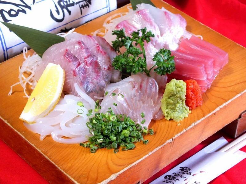 今夜の宴会を彩る豪華な刺し盛りは1人前950円~!各種りゅうきゅう(やまかけ)も承ります!