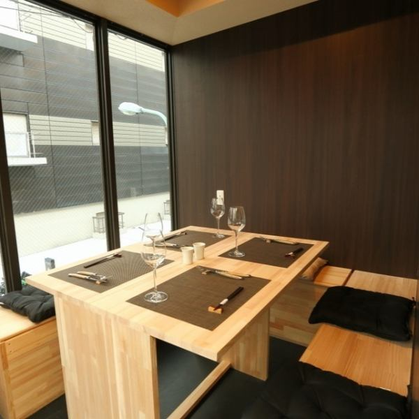 Some semi-private rooms are available for 4 to 6 people.It is an open semi-private room where you can see the scenery outside the glass surface.There are also many people used for company drinking party and entertainment etc.For popular shops, we are recommending reservations in advance.