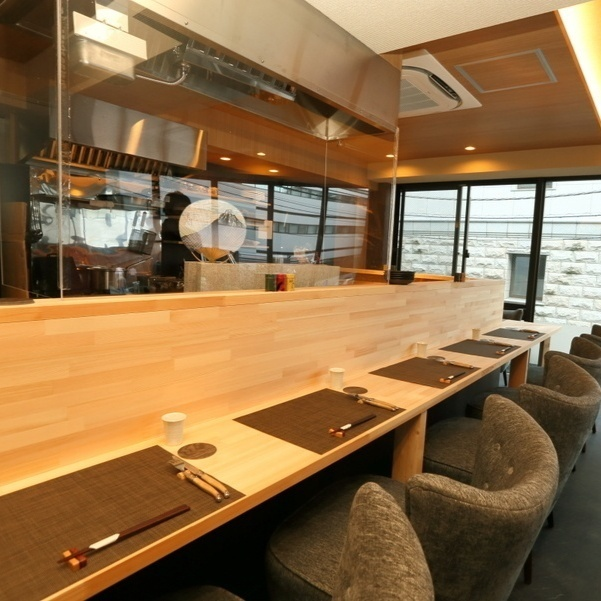 A spacious counter seat is available for 8 people.You can relax while watching the sight the shop owner is cooking.