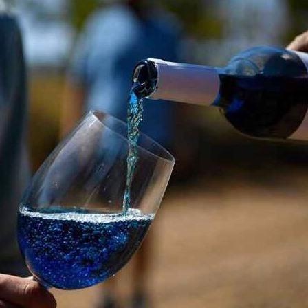 世界初の青ワイン!