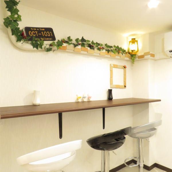 店内は、白が基調で明るい☆カウンターのお席は9席☆クレープが、焼きあがるまで座ってお待ちください!