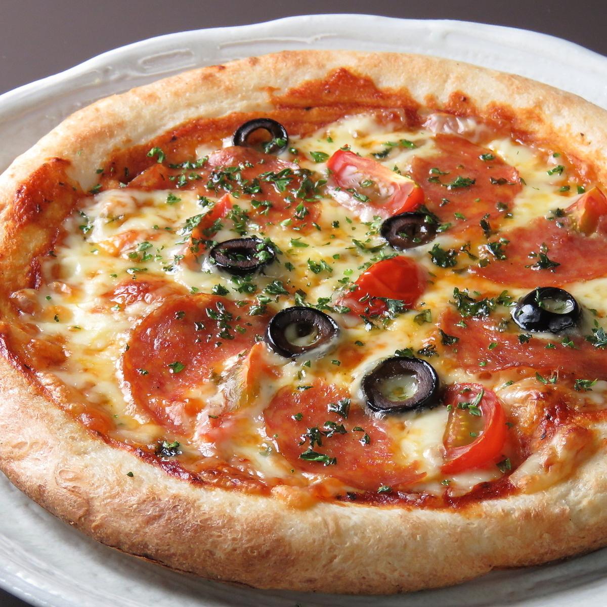 薩拉米香腸和大蒜披薩