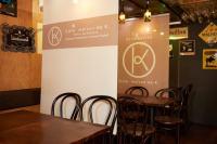 感染防止対策のため、各テーブル間にロールカーテンを設置。