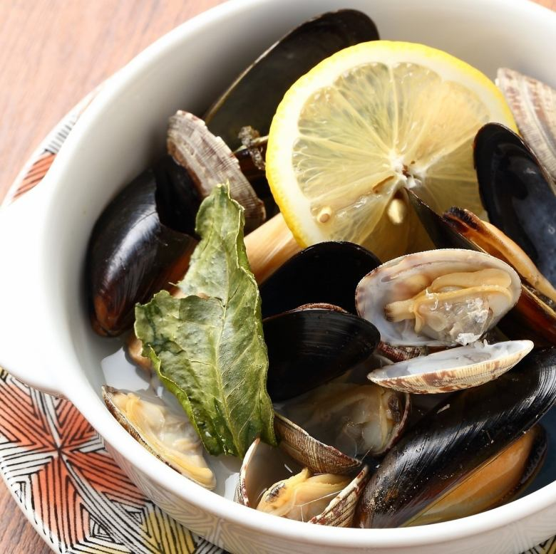 Steamed clams and mussels with lemon grass