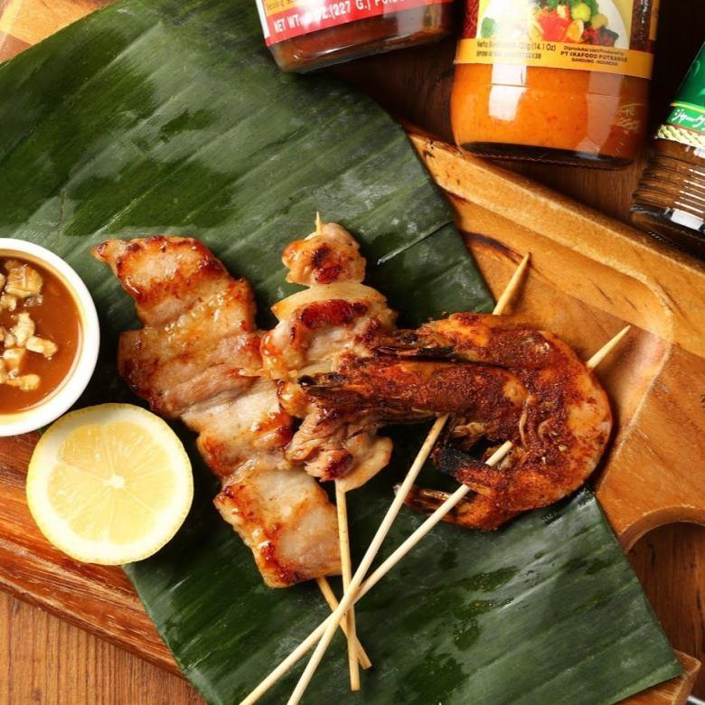 3 종의 태국 식 꼬치 구이 (새우 · 돼지 · 조류 각 1 개)