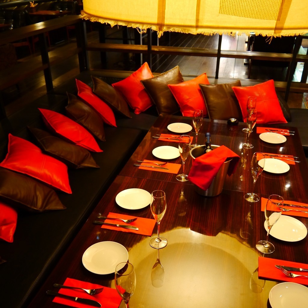 It is a sofa seat that encloses the table with a lot of people.A maximum of 12 guests are accommodated
