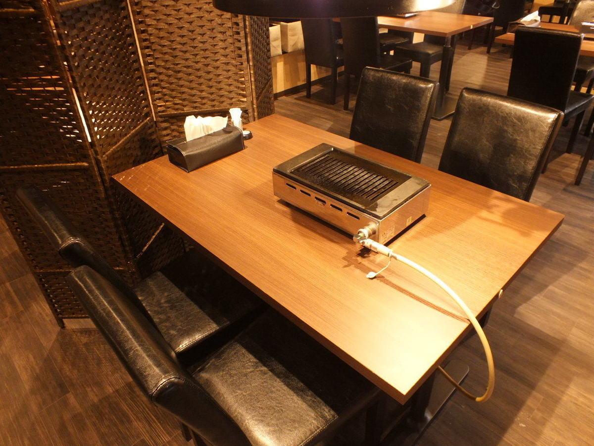 シーンに合わせて使える便利なテーブル席