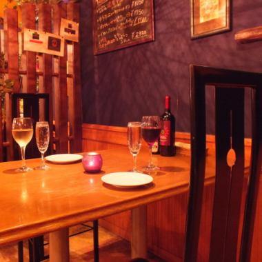 【テーブル席】少人数の女子会やママ会にはテーブルもおすすめ!ディナータイムには程よくライトダウンされた照明が店内の雰囲気をワンランク高めます♪美味しいお料理と美味しいお酒、そして楽しい会話に花を咲かせる女子会に!お席も多彩で居心地も◎