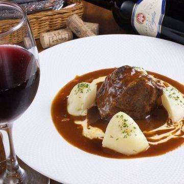 【冬にあたたまる】じっくり煮込んだ「厚切り牛ほほ肉のビーフシチュー」など、肉料理も多数ご用意