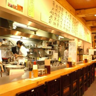 Counter seat ★ Special seating with plenty of realism! ♪ Also dating ♪ Energetic staff will finish Okonomiyaki in front of you!