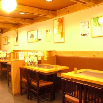 In addition to a countertop, we have a spacious table seat.It is an atmosphere that feels somewhere nostalgic ★
