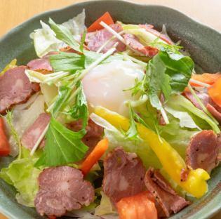 牛タンスモークの温玉サラダ