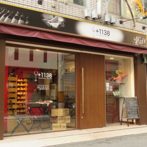 Exterior appearance with wooden doors stylish to glass.Popular shops mainly for women [+1138 (Hitomi)]