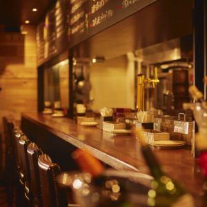 抜群の雰囲気のバルカウンター。サク飲みにも最適でお洒落な空間!!黒板にはおすすめのメニューが並んでいます。