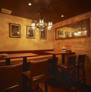 1階は広々20名以上まで半貸切と宴会も可能となっております。貸切の相談などお気軽にお問い合わせ下さいませ。(写真は1階バルフロアのテーブル席)
