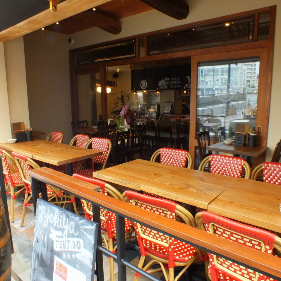 The terrace seat beside the entrance is preeminent liberation! You can enjoy your meals leisurely while taking a night wind ♪