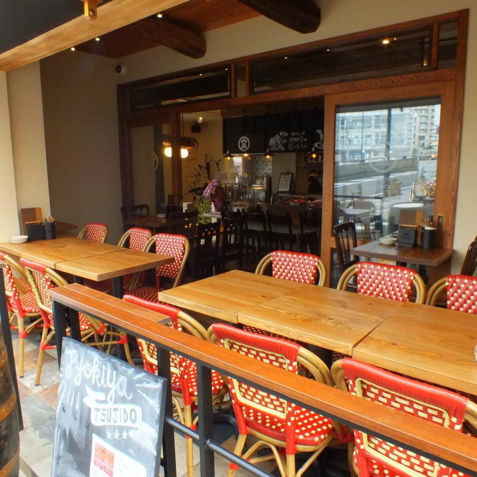入口旁邊的露台座位是卓越的解放!您可以悠閒地享受您的用餐,同時享受夜風♪