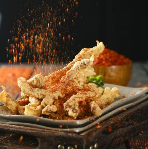 【柔らか揚げ豚肉】本場の火鍋専門ではポピュラーなサイドメニュー。秘伝の辛味スパイスがやみつきに!