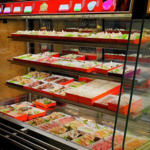 自分で好きな具材を選んで食べる!これこそが本場の四川火鍋店スタイルです。屋根瓦が目印の食材スポットからお好きな野菜やお肉をチョイスしてください。細かくした海老入りの肉団子「シャンホワ」や旬のキノコ類など20種類以上のお肉や野菜が勢揃い。お皿の色の違いで価格が分けられているのも嬉しいポイントです。