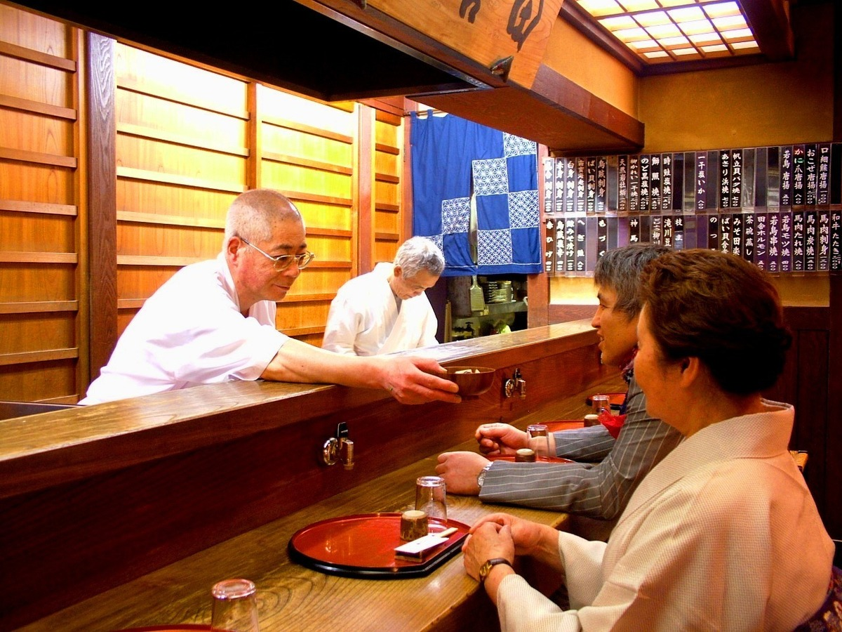 目の前で板前が新鮮素材を調理致します。新潟豆知識など熟練の板前との会話もお酒の肴に!
