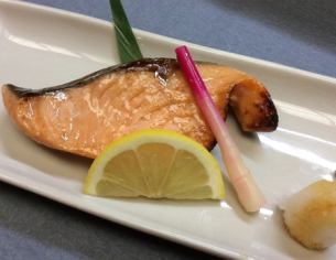 Grilled salmon with western sauce