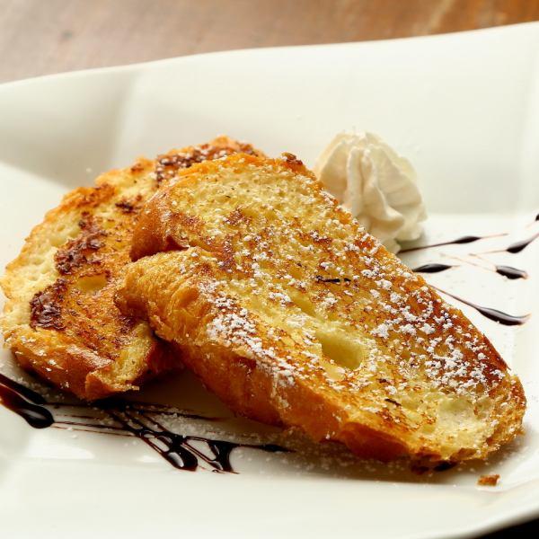 美味しいスィーツもあります♪フレンチトーストはバニラアイスを添えるとアツアツ冷え冷えでお腹いっぱいでも食べられちゃう!!杏仁豆腐はさっぱりつるんと、クレープアイスもひんやり美味しい。最後まで楽しめちゃう!!