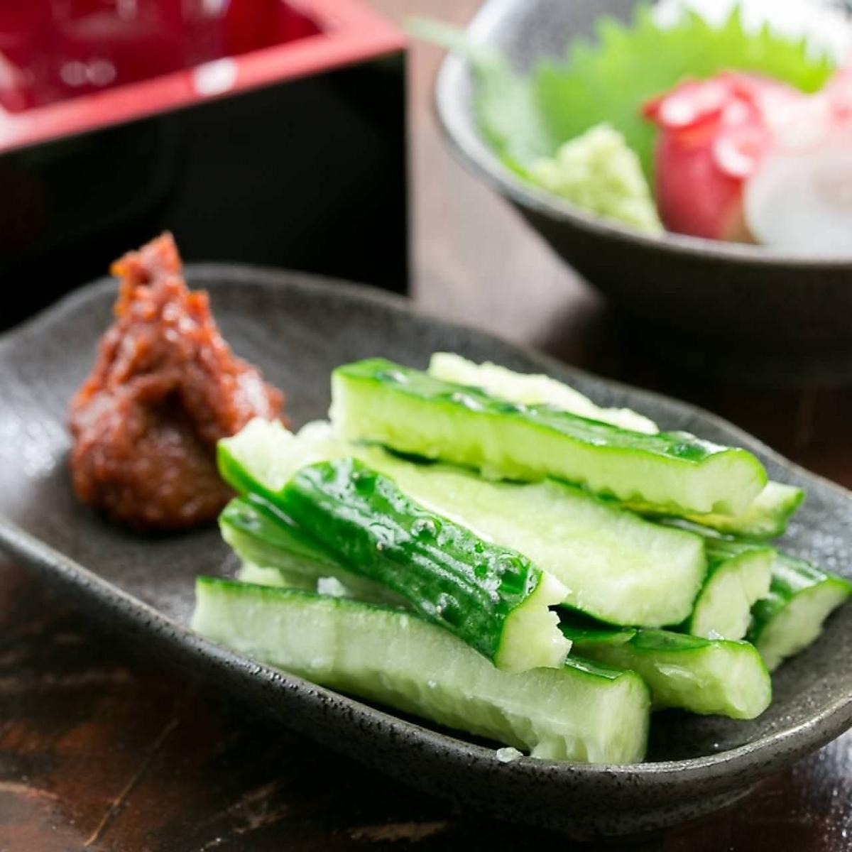매운 맛조 오이 / 냉 두부 · 완두콩