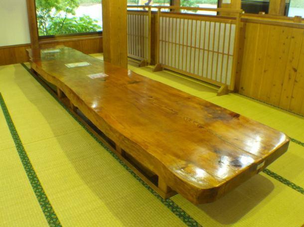 一枚板を使用した掘りごたつ席。風情溢れるテーブルで宴会も可能。最大100名。