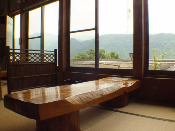 天然木材を使用したテーブル席。阿蘇の雄大な自然を望む窓際席。