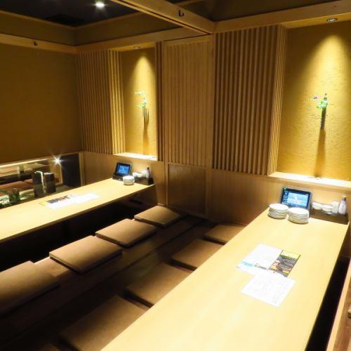 【2階】8名様用の完全個室となります。ご予約は4名様から承っております。人気のお席なのでお早めにご予約下さい。また写真のように仕切りを外すことで個室を繋げてお楽しみいただけます。