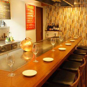 享受与店主和工作人员交谈,享受在您面前观看烹饪,是铁板烧最好的部分!在一个热板上享用美味的奢华肉类,时令蔬菜和鱼贝类!