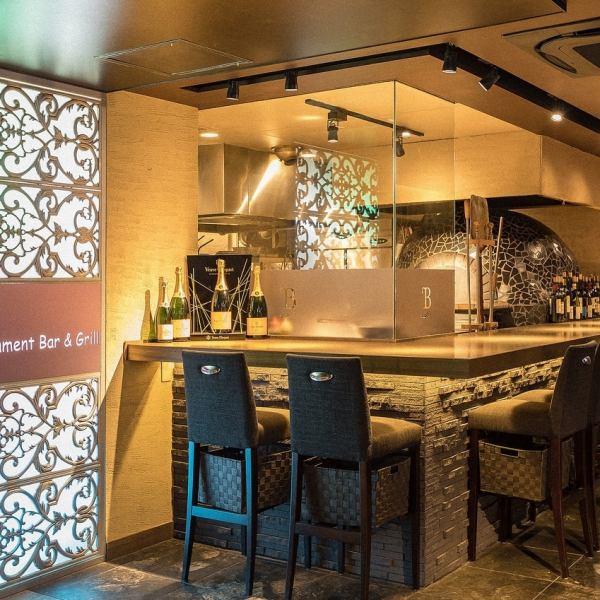 キッチンカウンターは、目の前でピッツァを焼き上げる姿を見ることの出来る特別なお席。大切な方とのデートやおひとりでのお食事にぴったり。