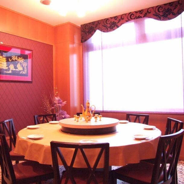 8名までOKのVIPルーム♪まわるテーブルで本格中華はいかが?接待など特別な宴会のシーンに大変オススメの席となっております。人気のお席ですのでご予約はお早めに…。