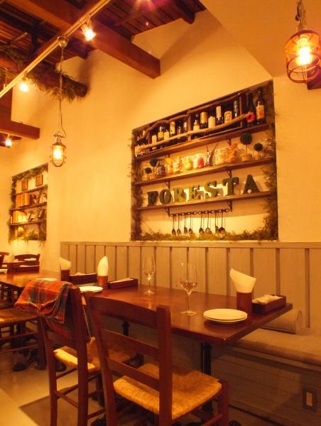 Inside of a calm atmosphere that imagines the villa in the forest, such as wood-like furniture, green-filled interior, small antiques such as chandeliers.It is perfect for girls' party or dating ♪