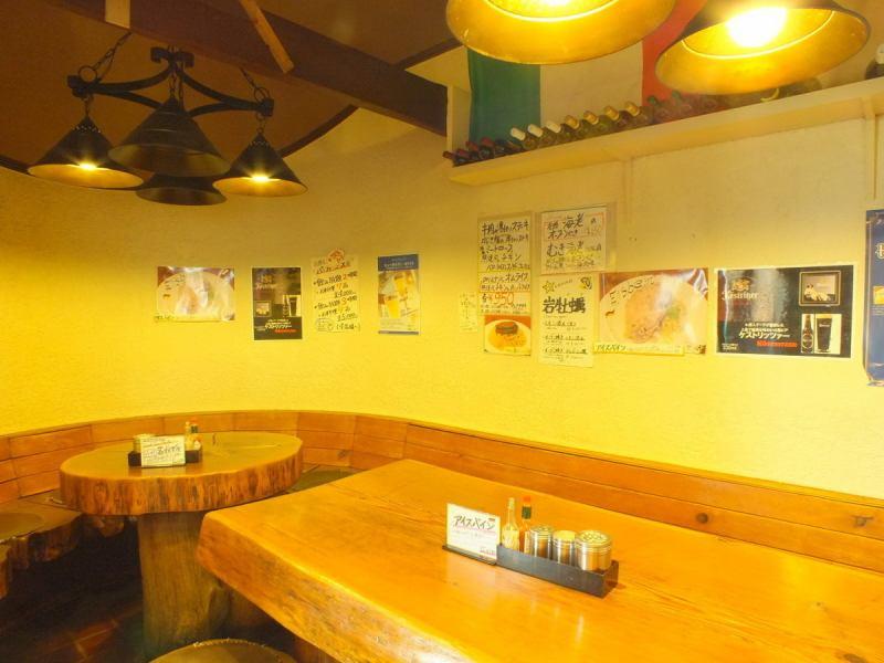 市ヶ谷駅・麹町駅からほど近くにある家庭的なイタリアン。大きな木のテーブル席は、木の温もりが感じられるます。ランチタイムはお得なデザート・ドリンク付きで近所のOLさんやサラリーマンで賑わいます。