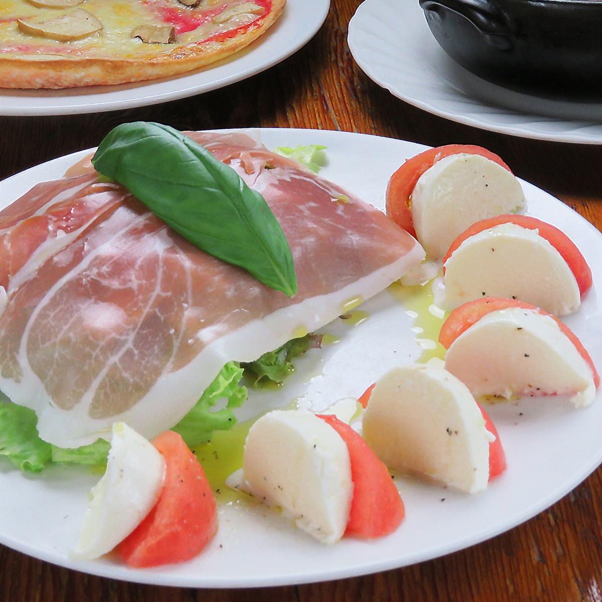 特製生ハムとフレッシュモッツァレラトマトの盛り合せ