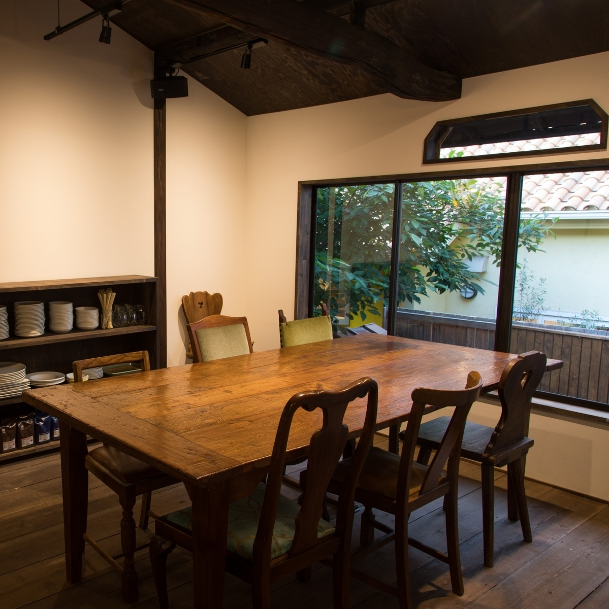 【2nd floor: table seat】 It is available for up to 8 people.