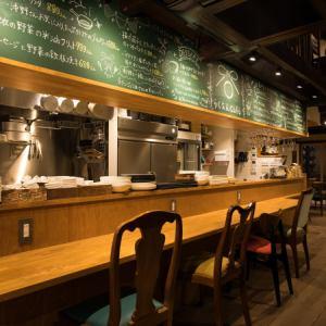 【1階:カウンター席】カウンター席には、コンセントを完備しております。またWi-Fiも完備しておりますので、お一人でのカフェ利用や、サク飲みなどにおすすめです。