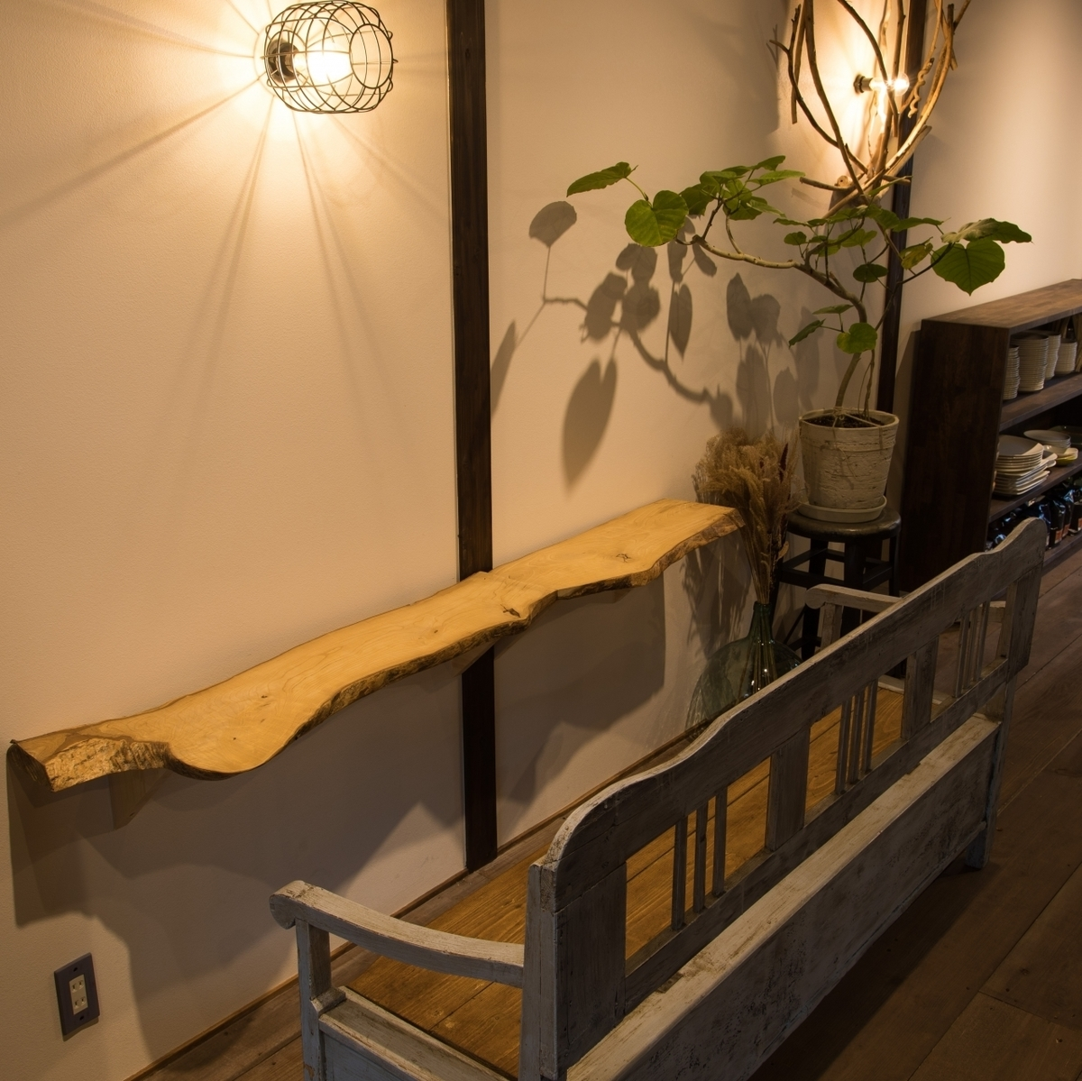 【2nd Floor: Bench Seat Seat】 It is the most popular seat recommended for couple use, anniversary etc.2 people ~ available.