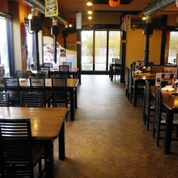 4人掛け、6人掛けテーブル、ファミリーや宴会など幅広いシーンでご利用いただけます。