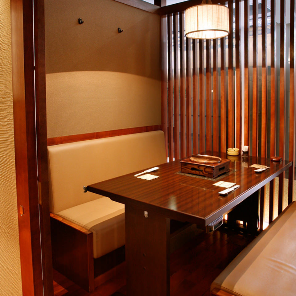 The ceiling is open and it is a door of a tree fence but full of feeling of a private room! ※ It can be used up to six people, but it becomes a little narrow.
