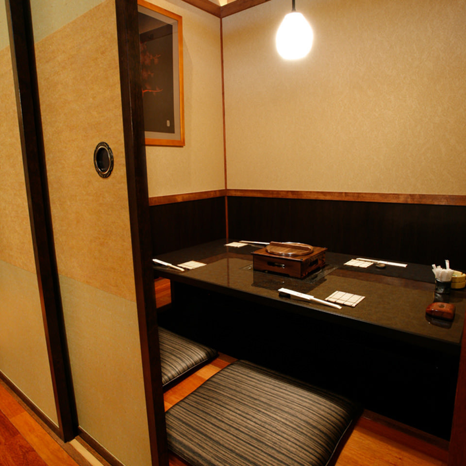 這是一個小型風格上升的榻榻米風格的私人房間。它被麩皮分割,如果你去掉所有的麩皮,它將是一個宴會廳,最多可容納40人。